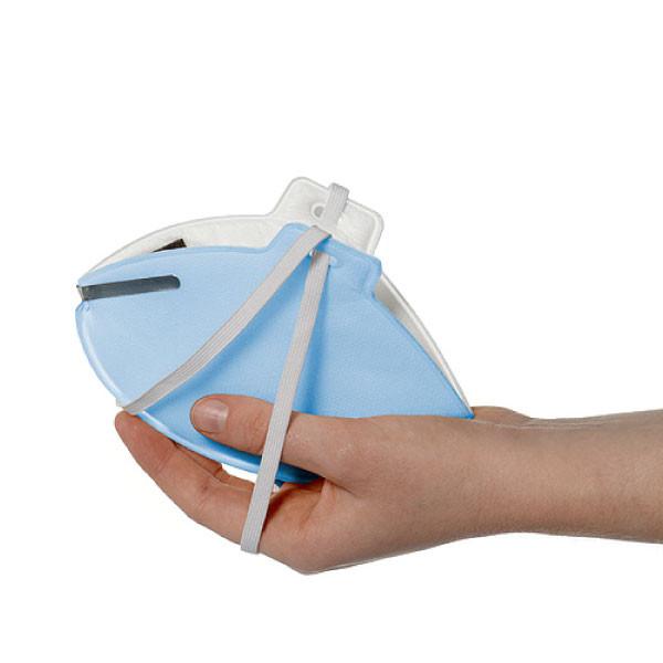 Atemschutzmaske liegt in flacher Hand.
