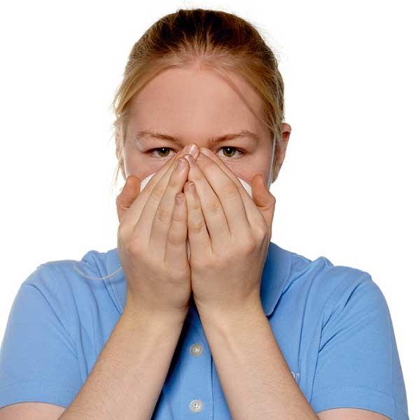 Die Dichtigkeit der Atemschutzmaske wird geprüft.